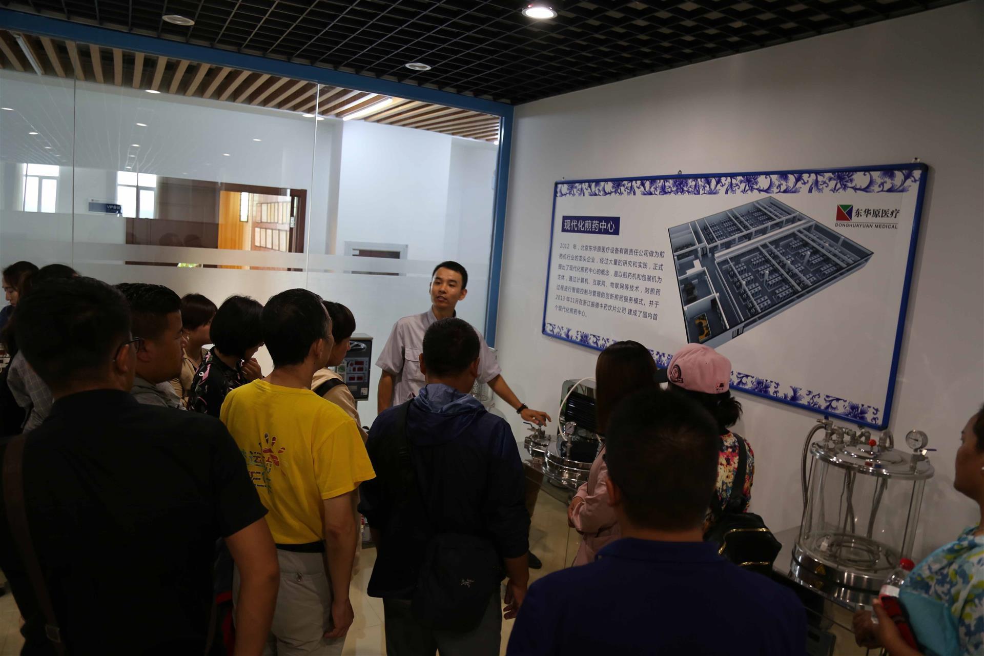 杨总监向来宾介绍智能煎药中心项目